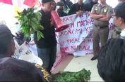 Digusur, Para Pedagang Demo di Kantor DPRD Mamasa Bawa Sayur Mayur