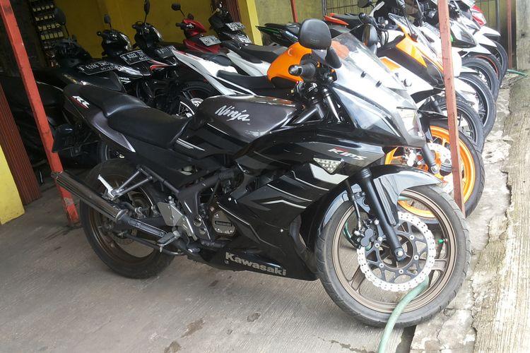 Salah satu Ninja 2 Tak tipe RR yang dijual di diler motor bekas Sukses Motor di Pancoran Mas, Depok, Rabu (31/1/2018).