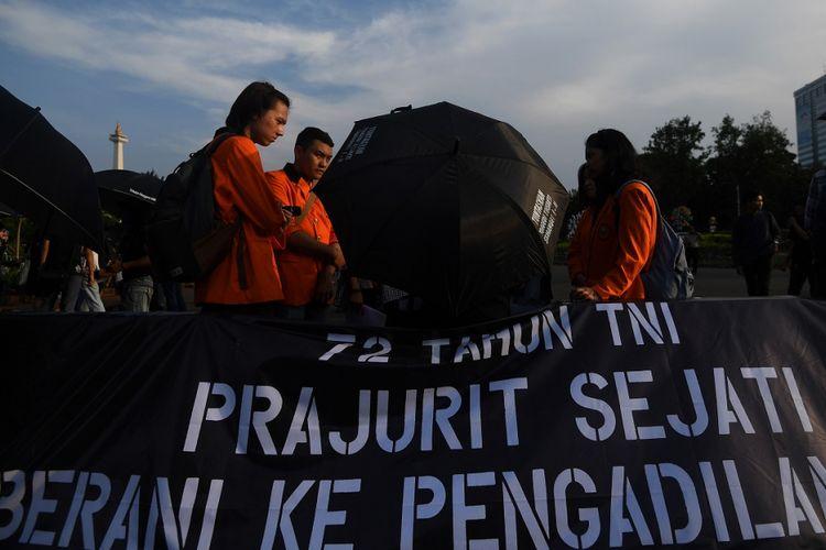 Aktivis Jaringan Solidaritas Korban untuk Keadilan menggelar aksi Kamisan ke-508 di depan Istana Merdeka, Jakarta, Kamis (5/10/2017). Dalam aksi yang bertepatan dengan HUT ke-72 TNI tersebut para aktivis menyuarakan pentingnya pengadilan HAM bagi siapapun dari unsur militer yang diduga telah melakukan pelanggaran HAM di Tanah Air. ANTARA FOTO/Sigid Kurniawan/kye/17.