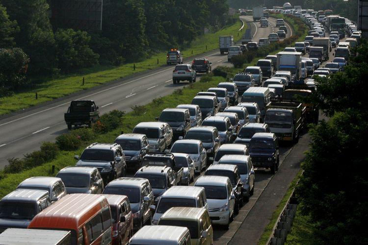 Macet akibat reklame kendaraan menuju Pintu Tol Pasteur, Bandung, Jawa Barat, terjebak kemacetan hingga 7 kilometer, Kamis (24/4/2014). Kemacetan yang terjadi mulai dari pagi hingga sore itu akibat pembongkaran reklame oleh Pemerintah Kota Bandung yang dikerjakan bertepatan dengan jam sibuk. Akibatnya, lalu lintas di sekitar Pasteur terganggu dan menimbulkan kemacetan berjam-jam.  Kompas/Rony Ariyanto Nugroho (RON) 24 April 2014  DIMUAT 25/4/14 HAL 22 *** Local Caption *** Macet Akibat Pembongkaran Reklame - Kendaraan menuju pintu tol Pasteur, Bandung, Jawa Barat, terjebak kemacetan hingga 7 kilometer, Kamis (24/4). Kemacetan yang terjadi sejak pagi hingga sore ini akibat pengerjaan pembongkaran reklame oleh Pemerintah Kota Bandung yang dikerjakan bertepatan dengan jam sibuk warga. Akibatnya lalulintas di sekitar Pasteur pun terganggu dan menimbulkan kemacetan hingga berjam-jam.   Kompas/Rony Ariyanto Nugroho (RON) 24 April 2014