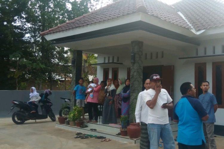 Raisa digendong kerabatnya saat Pulang di Dusun Mengger, Desa Karangasem, Kecamatan Paliyan, Gunungkidul, Sabtu (13/10/2018)