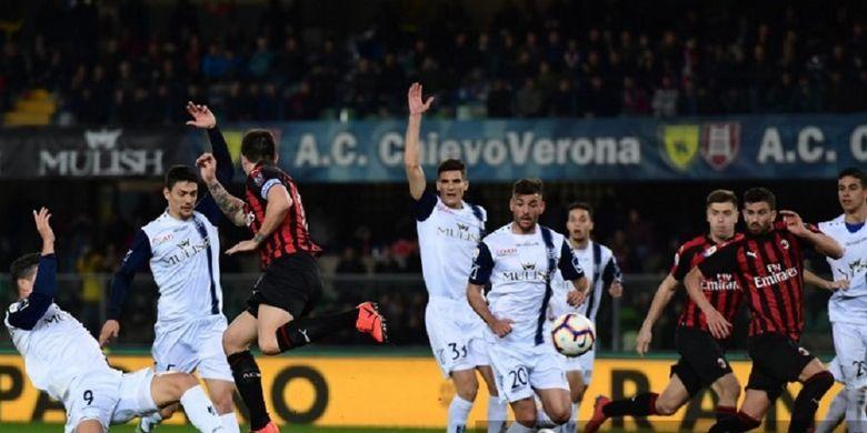 Bek AC Milan, Alessio Romagnoli, mencoba mencetak gol dengan tumitnya pada laga kontra Chievo Verona di Serie A Italia, Minggu 10 Maret 2019. AC Milan menang dengan skor 2-1 atas Chievo.