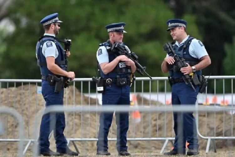 Petugas polisi berada di Christchurch, Selandia Baru pada Senin (18/3/2019). (AFP/Anthony Wallace)