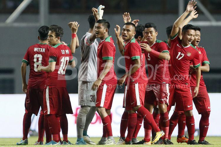 Pemain Timnas Indonesia U-19 sebelum memulai babak kedua melawan Timnas Thailand U-19 di Stadion Wibawa Mukti, Kabupaten Bekasi, Jwa Barat, Minggu (8/10/2017). Timnas Indonesia U-19 menang 3-0.