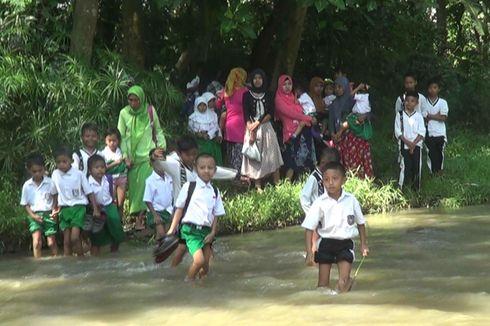 Di Probolinggo, Puluhan Tahun Siswa Sebrangi Sungai ke Sekolah