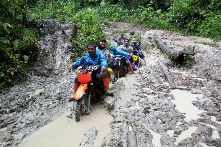 Kondisi jalan ke Kecamatan Pinogu yang berada di dalam kawasan hutan Taman Nasional Bogani Nani Wartabone, Gorontalo.