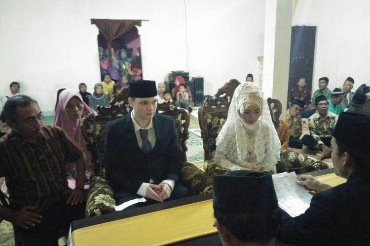 Suasana akad nikah pasangan Ezra dan Rini di Dusun Klepu, Desa Ngambarsari, Kecamatan Karangtengah, Kabupaten Wonogiri, Jawa Tengah, Jumat (26/1/2018).