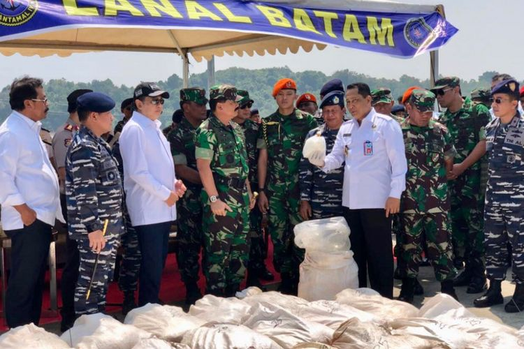 Bamsoet hari ini melakukan kunjungan kerja bersama Panglima TNI Marsekal Hadi Tjahjanto, Kepala BNN Komjen Budi Waseso dan pimpinan Polri untuk melihat langsung tangkapan sabu-sabu yang dibawa kapal MV Sunrise Glory di Batam, Minggu (11/2/2018)
