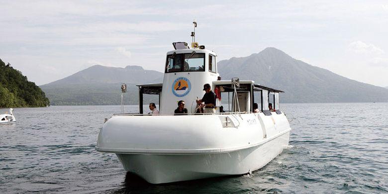 Wisatawan bisa menikmati pemandangan dalam air Danau Shikotsu di Jepang menggunakan kapal wisata.
