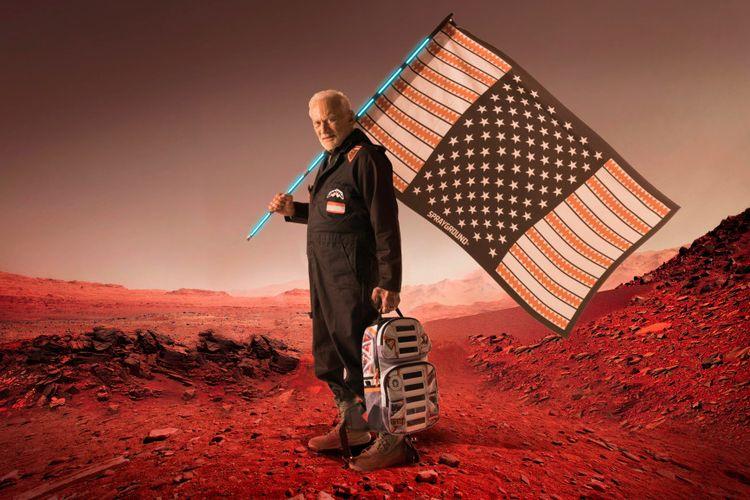 Astronot Buzz Aldrin dalam pakaian rancangannya
