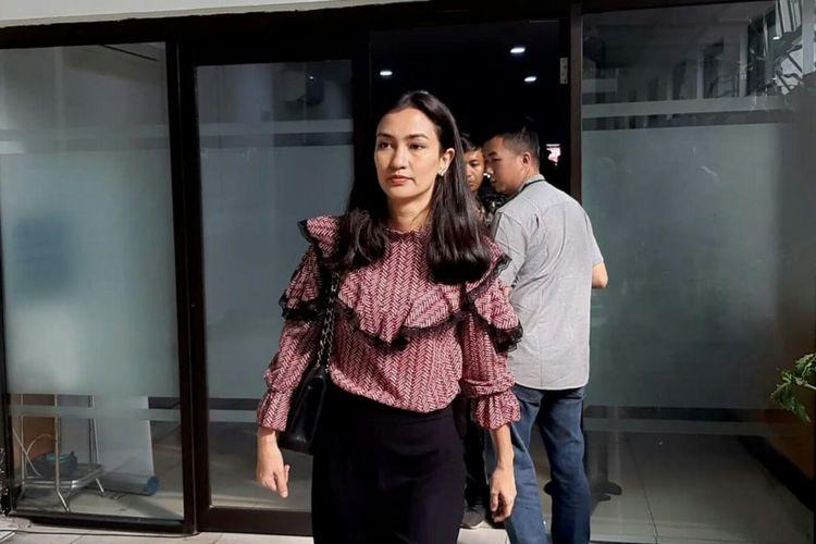 Atiqah Hasiholan tiba di Pengadilan Negeri Jakarta Selatan, Ampera, Cilandak, Kamis (11/7/2019) untuk mendampingi ibunya Ratna Sarumpaet menjalani sidang putusan kasus penyebaran berita bohong atau hoaks.