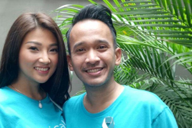 Ruben Onsu dan Sarwendah Tan berpose usai menghadiri peluncuran kampanye publik KICKS (Koalisi Indonesia Cegah Kanker Serviks), di Hong Kong Cafe, Menteng, Jakarta Pusat, Senin (14/8/2017).