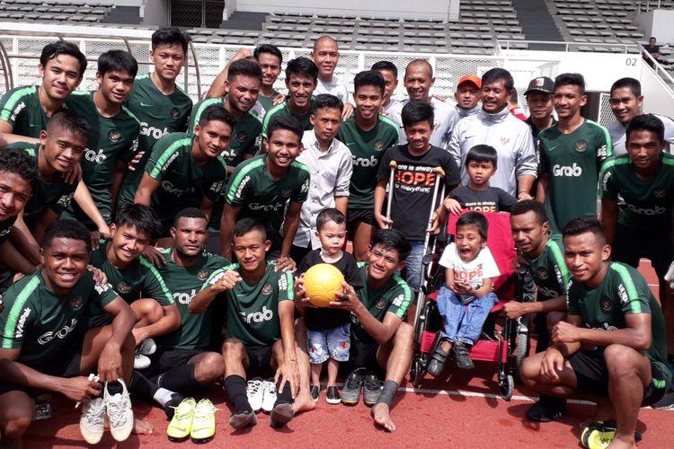 Sejumlah anak-anak penderita kanker bertemu dengan skuad tim nasional U-23 Indonesia usai sesi latihan di Stadion Madya, Kompleks Gelora Bung Karno, Jakarta, Rabu (13/3/2019) pagi.