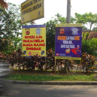Spanduk nyeleneh di Simpang Gadog, Ciawi, Bogor, Jawa Barat.