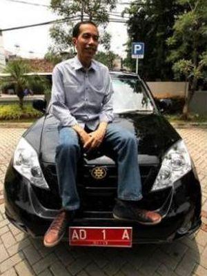 Joko Widodo, saat masih menjabat Wali Kota Solo, menaiki mobil Esemka Rajawali, melakukan kunjungan ke kantor Warta Kota, Kompas Gramedia, Jakarta, Minggu (26/2/2012).