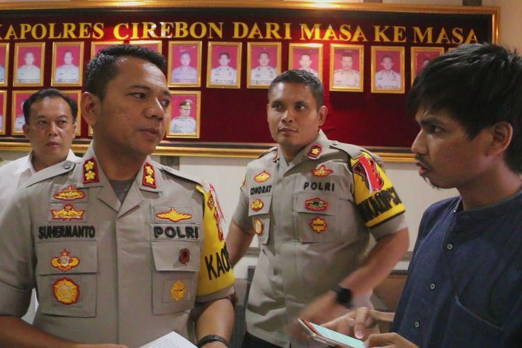 Kapolres Cirebon AKBP Suhermanto memberikan penjelasan terkait penangkapan IAS kepada sejumlah awak media di kantor polisi, Senin (13/5/2019). Polisi masih memeriksa dan mendalami motivasi serta tujuan IAS membuat dan menyebarkan video tersebut.