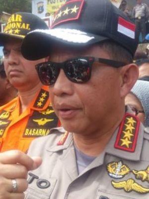 Kapolri Jenderal Tito Karnavian saat meninjau pencarian korban kapal KM Sinar Bangun di dermaga Pelabuhan Tigaras, Kamis (21/6/2018) siang.