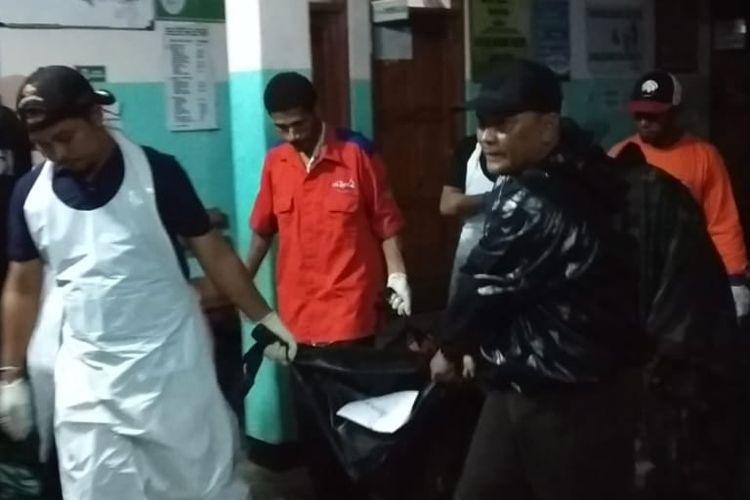Salah satu korban meninggal dunia saat dievakuasi ke Puskesmas Sentani sebelum dibawa ke Rumah Sakit Bhayangkara Polda Papua di Kota Jayapura, Minggu (17/3/2019)
