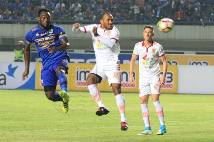 Aksi Michael Essien pada pertandingan Liga 1 antara Persib Bandung dan Pusamania Borneo FC di Stadion Gelora Bandung Lautan Api, Sabtu (20/5/2017).
