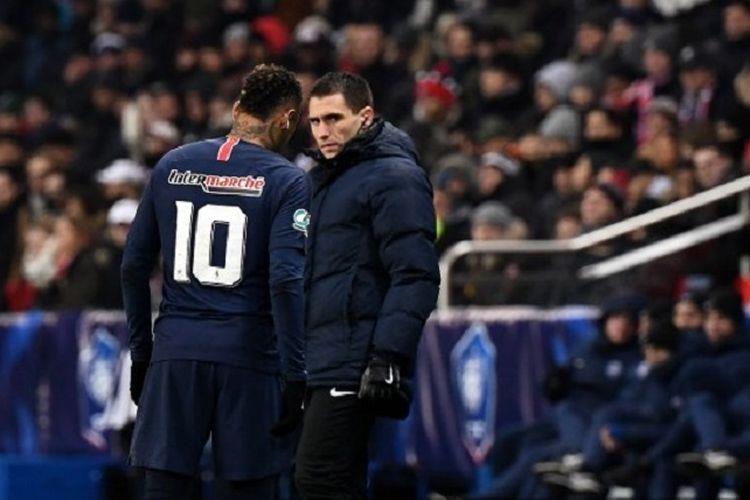 Neymar meninggalkan lapangan pertandingan pada laga PSG vs Strasbourg dalam pertandingan Piala Liga Perancis, 23 Januari 2019.