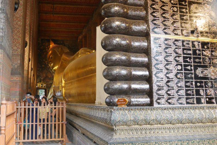 Patung Budha yang ada di Wat Pho salah satu kuil ikonik di Bangkok, Thailand, Mingu (4/2/2018).