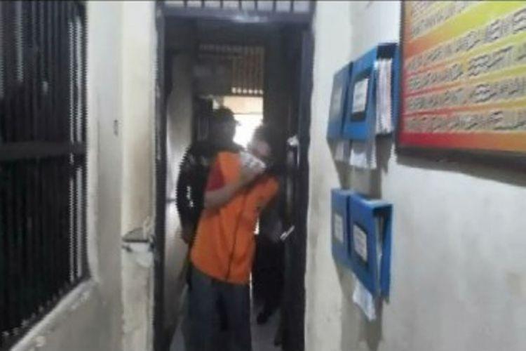 Seorang dokter dan perawat ditangkap saat pesta sabu di Mamuju. Mereka tak henti-hentinya menangis saat digiring petugas ke sel tahanan polisi.