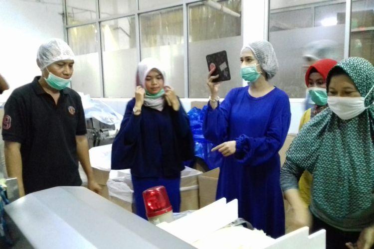 Artis peran Cut Meyriska (baju biru) saat mengunjungi PT Boga Makmur Grasia, di Kecamatan Boja, Kabupaten Kendal, Jawa Tengah, Sabtu (13/10/2018)