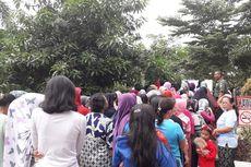 Demi Pangan Murah, Ibu-Ibu Rawa Belong Antre Berdesakan