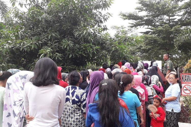 Antrian pembelian pangan murah di RPTRA Intiland Teduh Rawa Belong, Jakarta Barat pada Rabu (14/2/2018).
