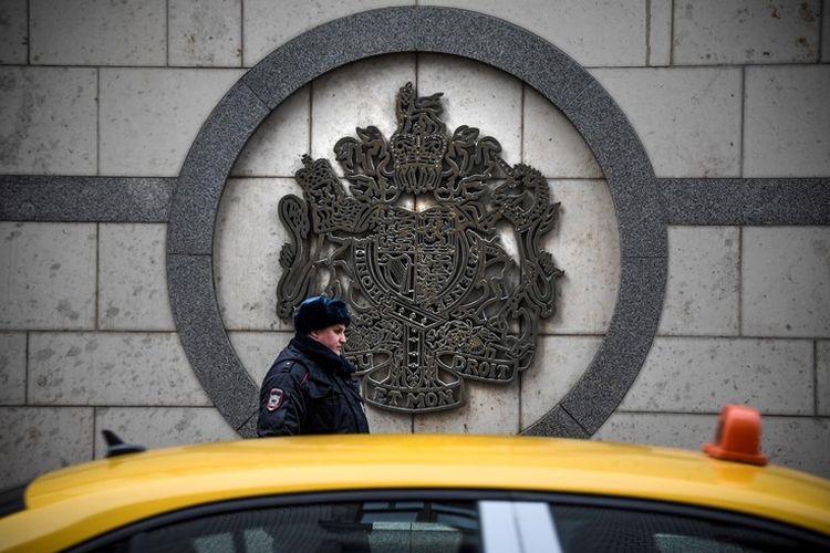 Petugas patroli polisi berjaga di luar gedung kedutaan besar Inggris di Moskwa, 14 Maret 2018. Pemerintah Rusia meminta kepada Inggris untuk menarik lebih dari 50 staf diplomatiknya demi keseimbangan antara kedua negara.