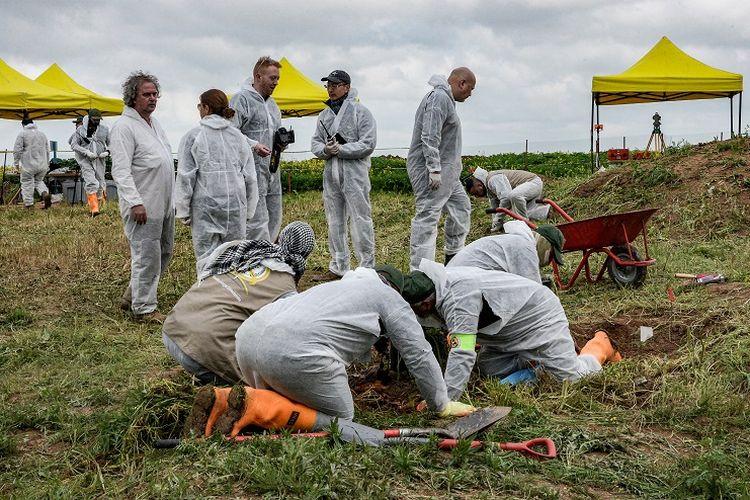 Para pakar forensik mengawasi pembongkaran kuburan massal warga Yazidi yang tewas dibunuh ISIS di desa Kojo, Sinjar, wilayah utara Irak, Jumat (15/3/2019).