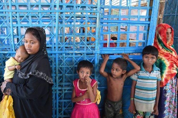 Pengungsi menunggu antrean dokter di kamp pengungsian Balukhali, Bangladesh, Senin (6/11/2017). (AFP/Dibyangshu Sarkar)