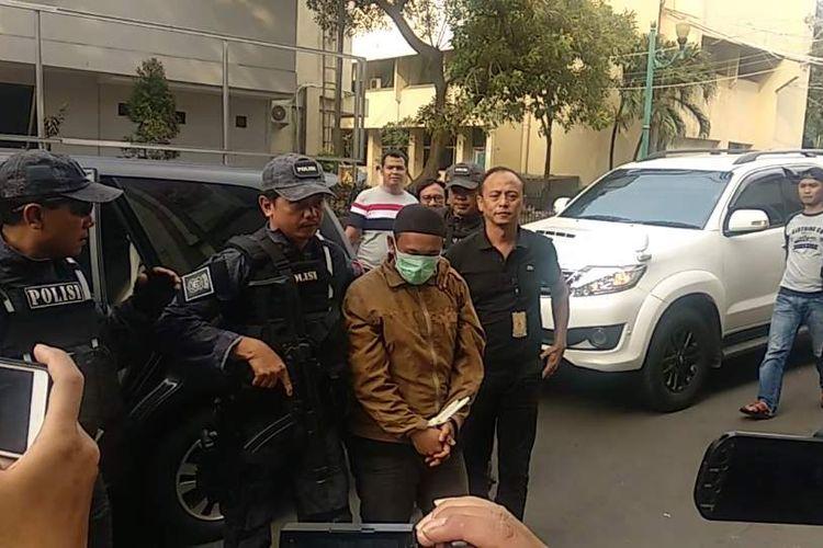 HS (25), pria yang mengancam memengal Presiden Joko Widodo digiring ke Mapolda Metro Jaya, Minggu (12/5/2019).