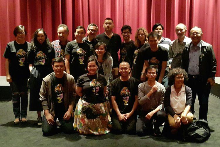 Penyelenggara Indonesian Film Festival 2017 di New York bersama para pendukung berfoto bersama setelah pemutaran film terakhir dalam festival yang digelar 17-19 Agustus 2017 di SAV Theater.