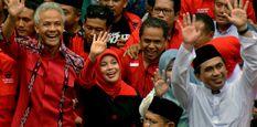 Bakal cagub-cawagub Jawa Tengah Ganjar Pranowo (kiri) dan Taj Yasin (kanan) melambaikan tangan saat tiba di Kantor KPU Jateng untuk mendaftar sebagai cagub-cawagub, di Semarang, Jawa Tengah, Selasa (9/1).