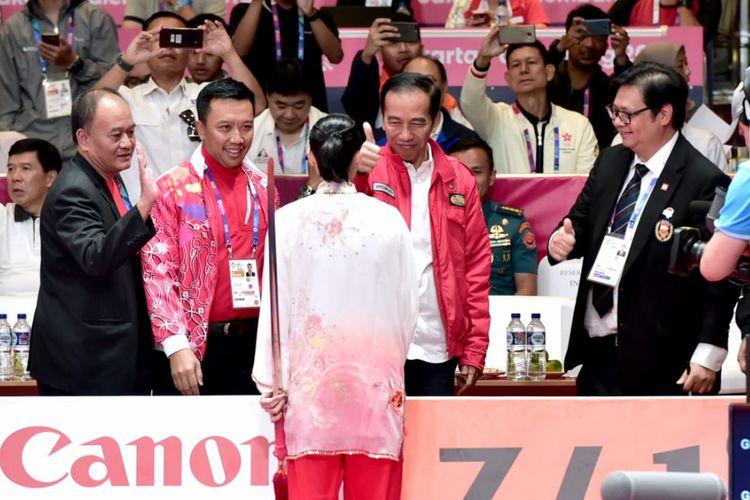 Presiden Joko Widodo menyaksikan langsung aksi atlet wushu andalan Indonesia Lindswell Kwok meraih emas dalam pertandingan di venue wushu Hall B, Jakarta International Expo (JIEXPO) Kemayoran, Jakarta, Senin (20/8/2018) pukul 09.00 WIB.