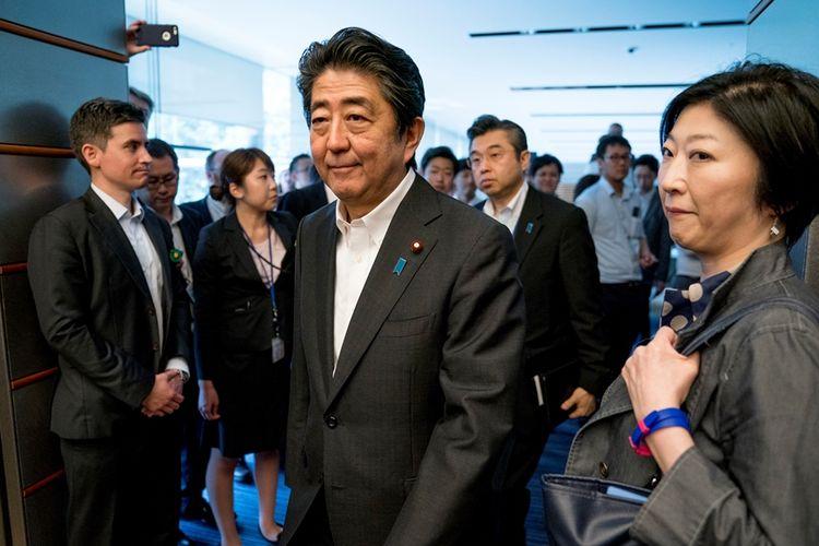 Perdana Menteri Jepang Shinzo Abe (tengah) membatalkan agenda kunjungan ke luar negeri.(AFP / ANDREW HARNIK)