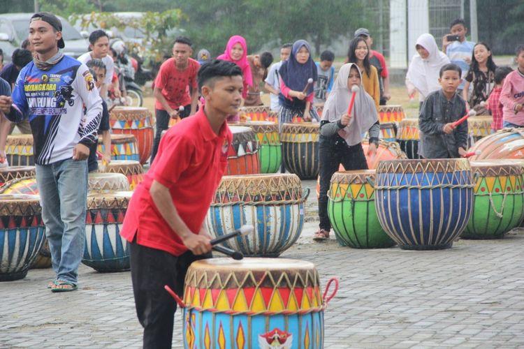 Pemain alat musik khas Bengkulu, Dhol berlatih untuk menyiapkan Festival Bumi Rafflesia 2019.