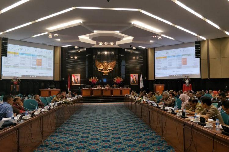 Rapat pembahasan Kebijakan Umum Perubahan Anggaran dan Prioritas Plafon Anggaran Sementara (KUPA-PPAS) di Gedung DPRD DKI Jakarta, Selasa (18/9/2018).