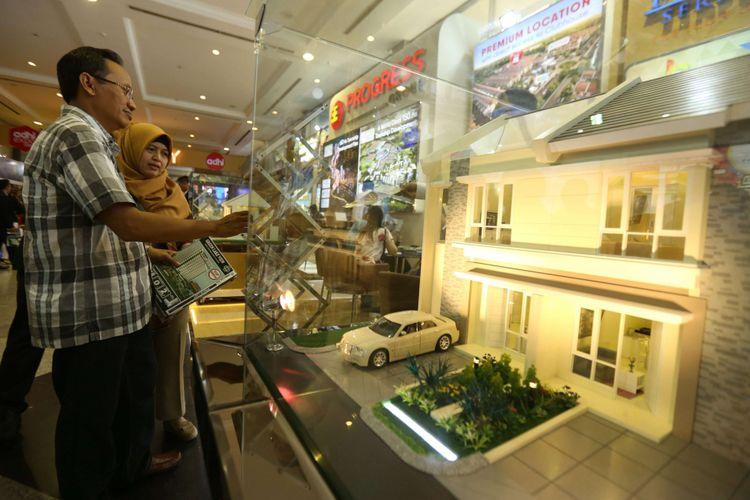 Sejumlah pengunjung memadati acara Indonesia Property Expo 2018 yang diselenggarakan oleh PT Bank Tabungan Negara (Persero) Tbk (BTN) di Jakarta Convention Center Senayan, Jakarta, Sabtu (03/02/2018). Acara pameran properti yang diikuti ratusan pengembang ini memberikan berbagai macam promo dan potongan harga dari DP 0% hingga pemberian sertifikat tanah geratis, Acara ini berlangsung dari tanggal 3-11 Februari 2018.