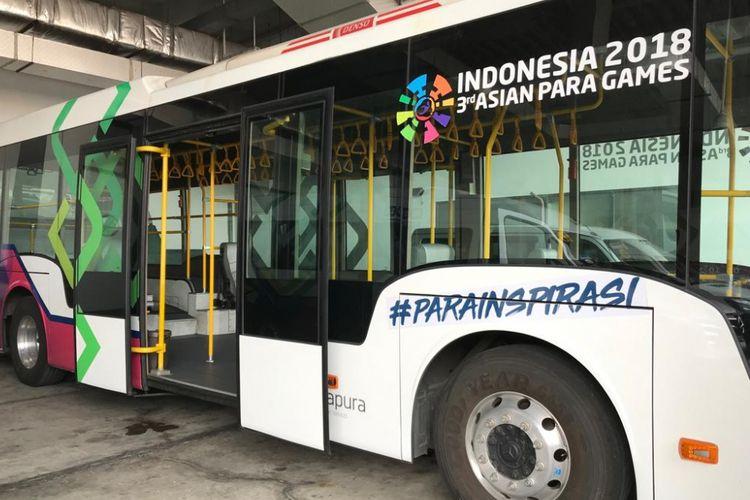 Tampak sejumlah kendaraan yang akan digunakan untuk menyambut atlet Asian Para Games 2018 di Bandara Soekarno-Hatta, Tangerang, Selasa (25/9/2018). Kendaraan tersebut di antaranya ambulift, sprinter car, dan bus low deck yang dimodifikasi untuk memfasilitasi atlet dengan kursi roda.