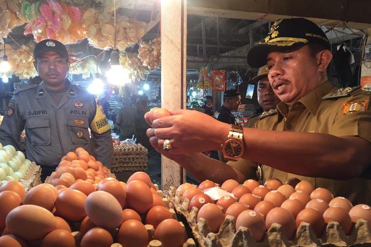 Wakil Walikota Jayapura, Rustan Saru sedang mengecek harga bahan pokok di Pasar Youtefa, Kota Jayapura, Papua, Senin (13/05/2019)