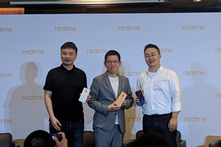 Ilustrasi tiga petinggi Realme di acara konferensi pers peluncuran Realme X di Beijing, China, Rabu (15/5/2019). Tampak pada gambar (ki-ka) Chief Product Officer Realme, Derek Wang; Chief Executive Officer Realme, Sky Li; dan Chief Marketing Officer Realme, Chase Xu;
