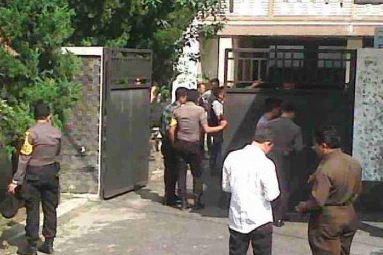 Petugas datangi rumah RE. Siahaan, mantan Walikota Siantar