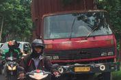 Diduga Rem Blong, Truk Tabrak 3 Mobil yang Berhenti di Lampu Merah di Surabaya