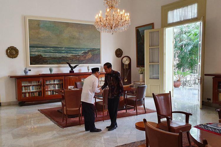 Presiden Joko Widodo bertemu Ketua MPR yang juga Ketua Umum PAN Zulkifli Hasan. Pertemuan keduanya berlangsung di Istana Bogor, Rabu (22/5/2019) siang.