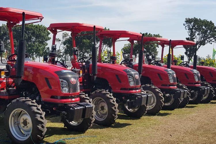 Kementan serahkan lima traktor roda empat kepada para petani di Kediri, Kamis (8/8/2019).