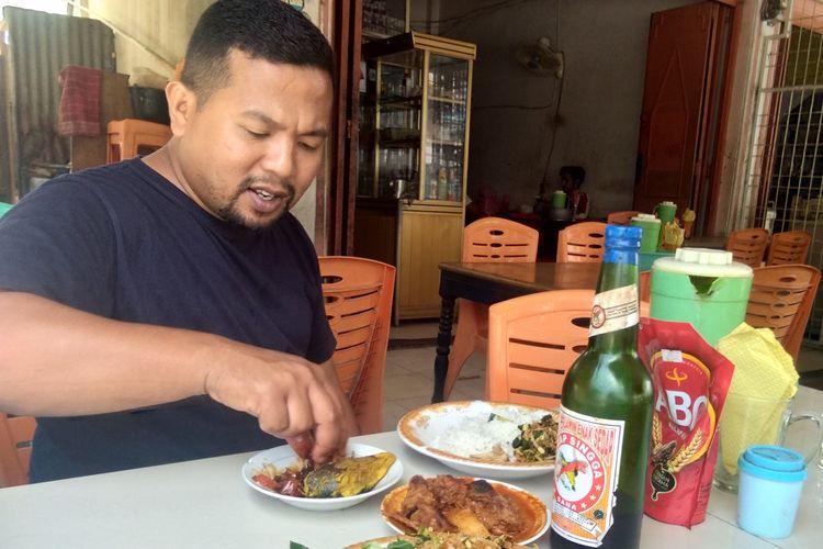 Pengunjung menikmati makan siang dengan kari bebek di Warung Mawardi, Jalan Samudera Baru, Kecamatan Banda Sakti, Kota Lhokseumawe, Aceh, Sabtu (13/4/2019).