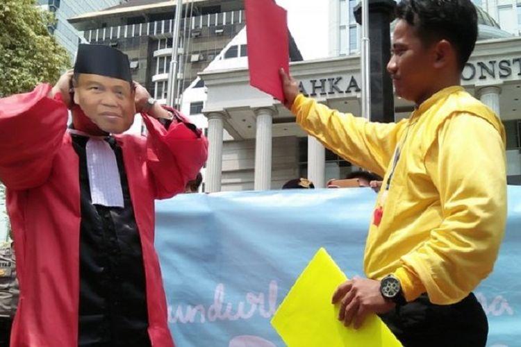 Aksi teaterikal desak Ketua Mahkamah Konstitusi Arief Hidayat mundur dari jabatannya digelar masa yang menamakan dirinya Koalisi Masyarakat Sipil Selamatkan Mahkamah Konstitusi (KMSSMK) pada Kamis (1/2/201) di depan gedung Mahakamah Konstitusi, Jakarta Pusat.