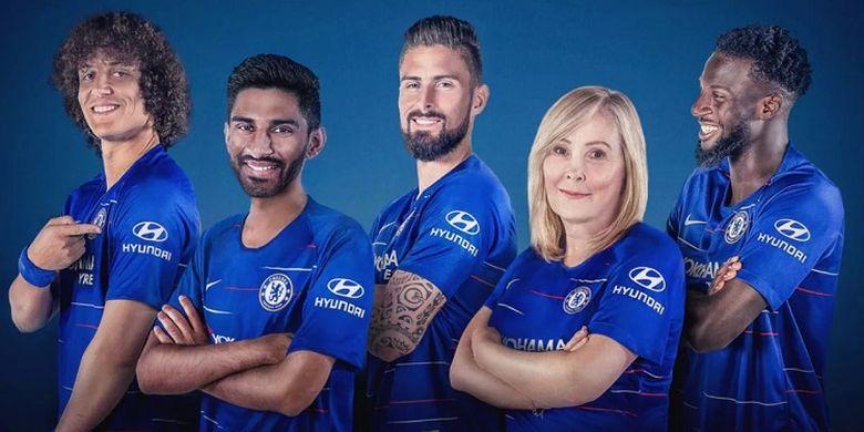 Para pemain Chelsea memamerkan jersey dengan logo Hyundai yang akan menjadi global automotive partner dari klub tersebut.